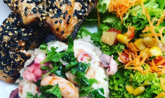 Arroz piamontese de frutos do mar mais salmão na crosta de gergelim e molho tarê