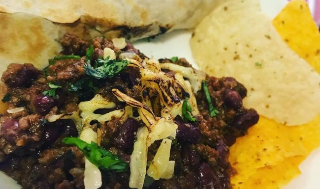 Burritos chilli mexicano com nachos e guacamole